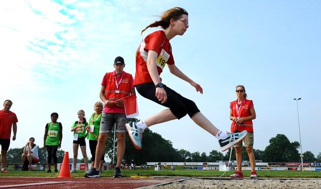 Isabella uit Zutphen in actie tijdens de Special Olympics op de atletiekbaan van Archeus in Winterswijk.