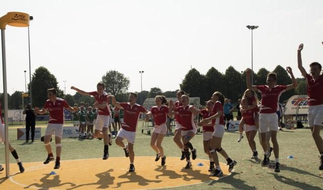 Spelers, begeleiding en publiek zoeken elkaar op en vieren uitbundig de NK-titel. (Foto: Bernadette Struijk)