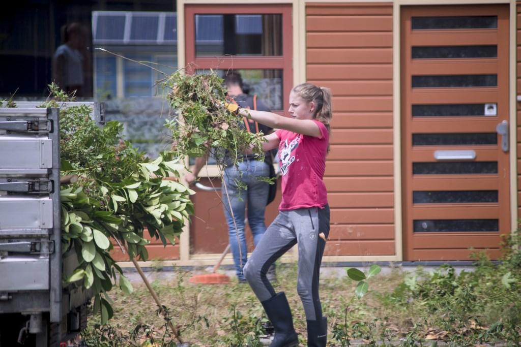 Jongeren knappen tuin op