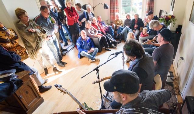 Er vinden per huiskamer drie semi-akoestische optredens plaats. FOTO: Ditiswijk.nl
