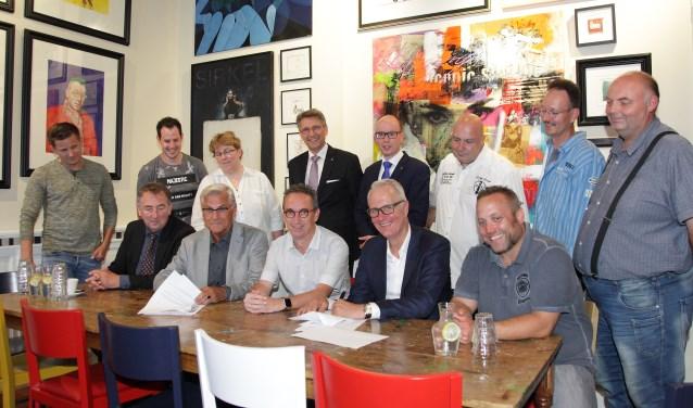 Schouwburg Cuijk en carnavalsgezelschap De Nölers hebben hun samenwerking nieuwe kracht bijgezet. (foto: Berry Poelen)