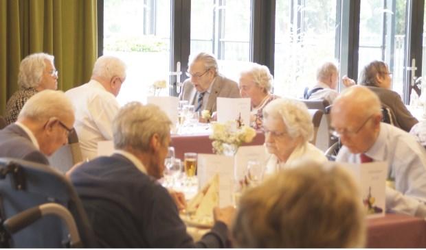 Bewoners van woonzorgcentrum Bannehof in Gorinchem werden getrakteerd op een galadiner. Eigen foto