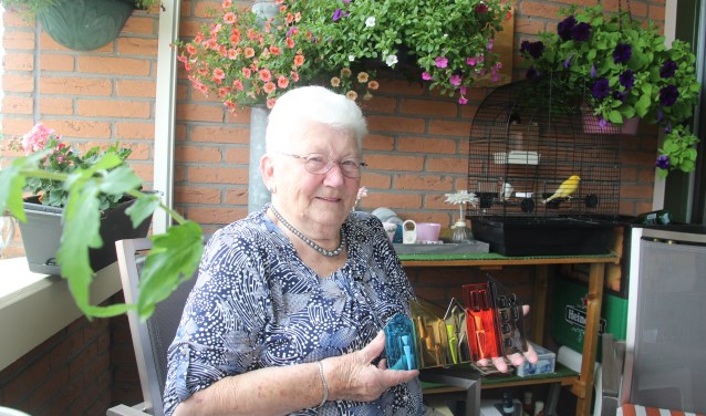 De 89-jarige Riekie Olthof is erg verguld met haar glassculptuur dat ze voor haar jarenlange inzet voor Beter Wonen kreeg