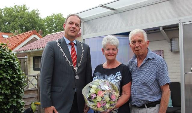 Burgemeester Jaap Paans kwam langs om het paar te feliciteren. (Foto: Ria Scholten)