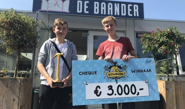 Kacper en Dylan tonen trots de gewonnen prijzen