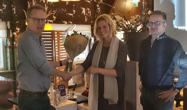 Frank Peeters, voorzitter van De Vierkante Stoel, met Ingrid en Norbert Olthof van Stichting Nina.