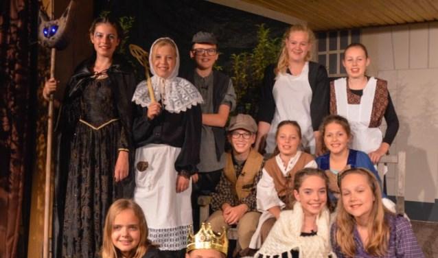 De groepsfoto van Ons Genoegen van vorig jaar. Dit jaar brengen de jonge spelers de voorstelling Het spookt op Ravenstein. (foto: PR)