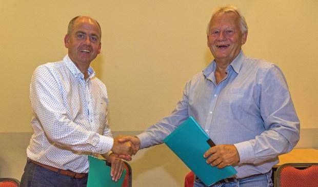 Eric van den Einden, directeur-bestuurder van Woonveste, en Kees van Loon, voorzitter van Huurdersvereniging Heusden, ondertekenen de nieuwe samenwerkingsovereenkomst. Foto: Paul van Baardwijk