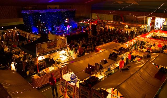 Bovenaanzicht kraampjes Pasar Malam. FOTO: SJI Bonouvrie