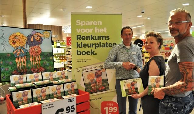 Plus Manager Sander Bernstein krijgt van Ina en Albert Ziëck het eerste exemplaar van Silly Sheep. (foto: gertbudding.nl)