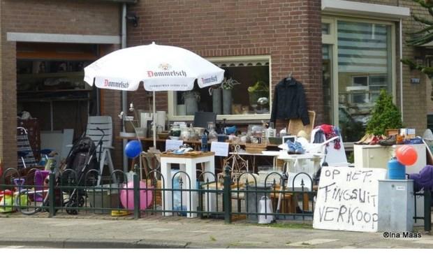 Inwoners van Boven-Hardinxveld verkopen zaterdag hun overtollige spulletjes. Eigen foto