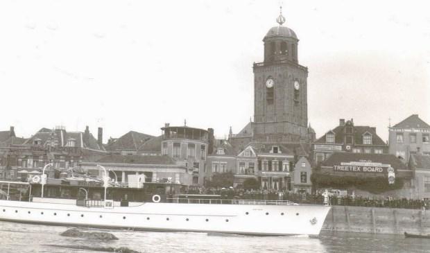 In 1937 was de Piet Hein ook al eens aanwezig in Deventer, toen met Prinses Juliana en Prins Bernhard aan boord.