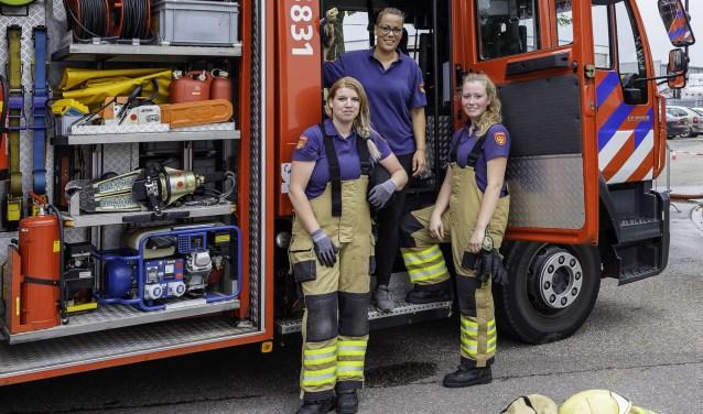 De dames van de brandweerpost in Pannerden die nog best een aantal collega's kunnen gebruiken! V.l.n.r Isabella van Londen, Lotte Kiewiet en Elke Rusink op de wagen van de post Pannerden. (foto:  Wim Ham)