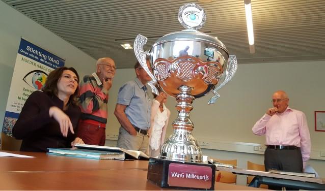De juryleden discussiëren over de werkboeken die door de aangesloten basisscholen zijn aangeleverd voor de wedstrijd. (Foto: Peter Beijer)
