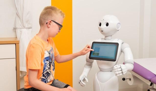 """""""Het zou mooi zijn als de robot ook reageert en controleert of alles begrepen wordt. Dit door het stellen en beantwoorden van vragen."""" FOTO: Nicole Toebast, MMC."""