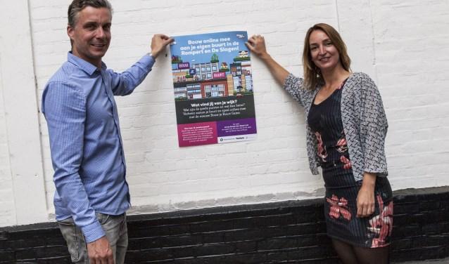 Rolf en Tessa verleiden bewoners met een poster om mee te doen met de Bouw je Buurt Game. Dat kan tot en met 6 juli op www.bouw-je-buurt.nl. Foto: Michel van de Langenberg