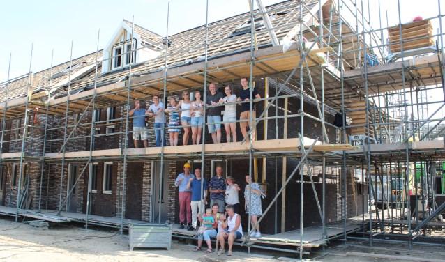 De toekomstige bewoners van het plan Pleisteroord op het voormalige kazerneterrein in Ede hebben gezamenlijk het glas geheven op het bereiken van het hoogste punt van hun woningen.
