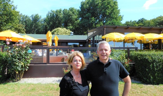 Het ondernemersechtpaar Ronald en Francien Bot neemt met pijn in het hart afscheid van hun café-restaurant. (Foto: Bart van der Linden)