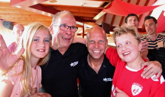 Actie 2016 Make-a-Wish. Rechts staat junior ambassadeur Youri, hij kwam de cheque ophalen. Links op de foto zijn zusje Daphe, daarnaast vader en zoon Hans en Rody van der Vlist. FOTO: Arie Verhagen