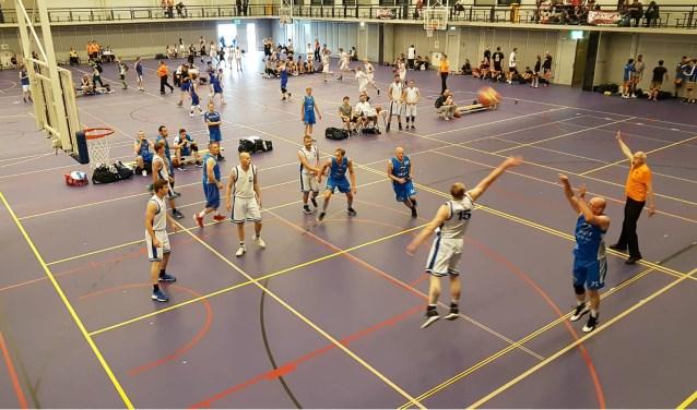 Twee dagen basketballen in de Diekmanhal: dat is het Amicaltoernooi. Met ook ruimte voor gezelligheid en een barbecue.