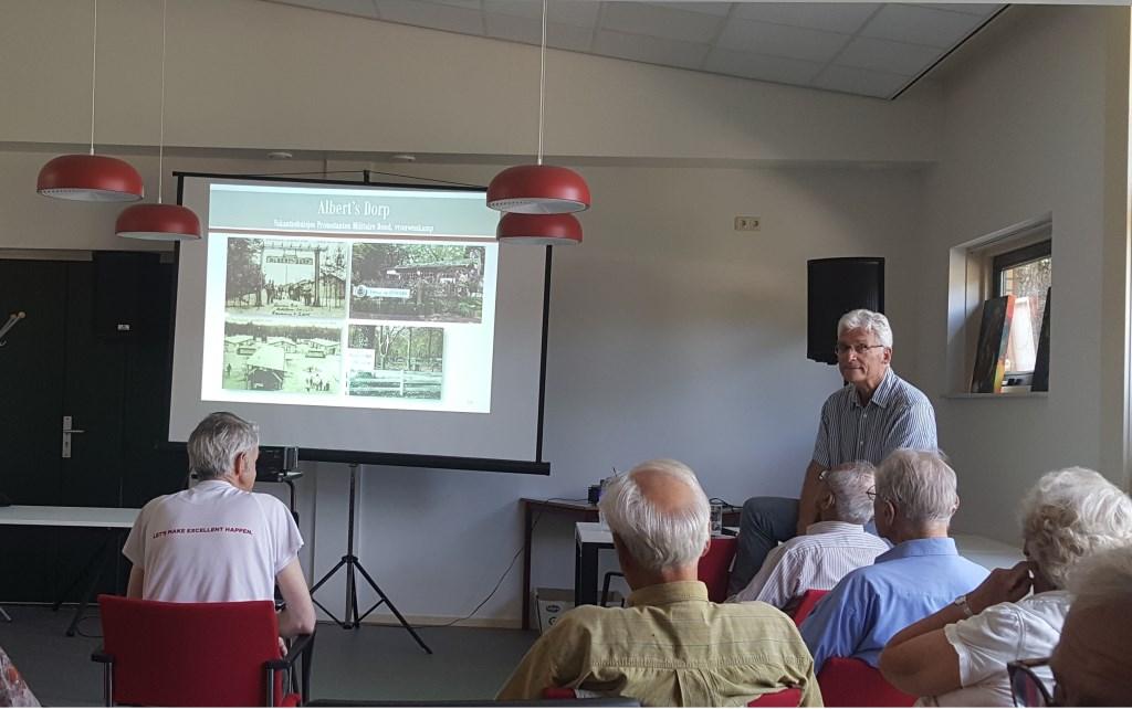 Jan de Mos toont beelden van de historische weg. (Foto: Peter Beijer)