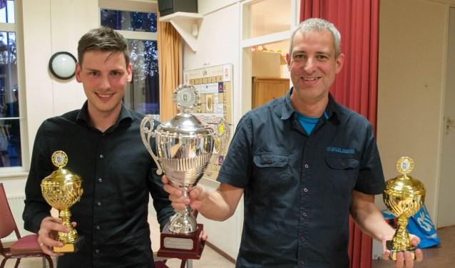 Tobias Dekker en Wim Pool zijn beiden kampioen en hebben de felbegeerde wisselbeker in handen. (Foto: pr)