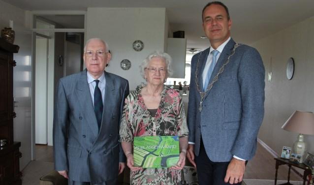 Burgemeester Jaaps Paans kwam het diamanten bruidspaar feliciteren.