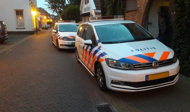 Twee politie auto's werden ingezet voor een arrestatie in de Achterstraat.