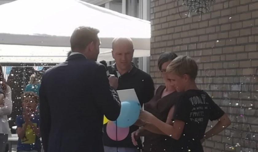 De Duyvencamp kreeg het keurmerk ouderbetrokkenheid 3.0 uitgereikt door vicevoorzitter van de gemeenteraad; Hans Wijnen.