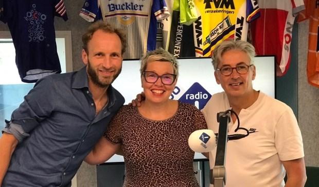 Cindy Pieterse wordt in de NPO1-studio geflankeerd door de Radio Tour de France-presentatoren Gert van 't Hof en Robbert Meeder. Foto: NOS