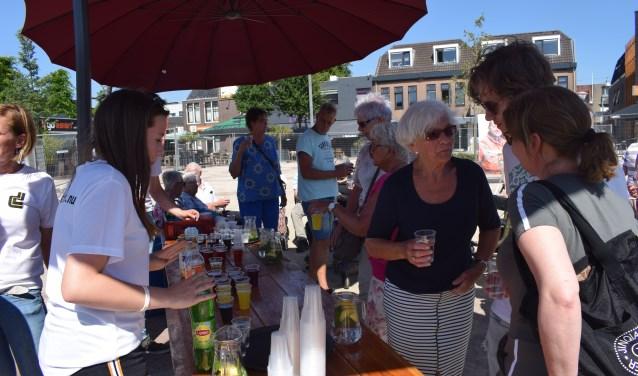 Omwonenden van de vernieuwde Marktplein worden getrakteerd door aannemer Dusseldorp. (Foto: Rick Praamstra)