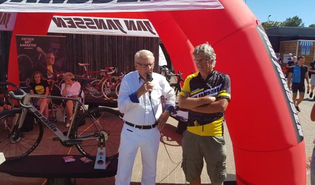 Jan Janssen bedankt alle vrijwilligers van de Toerclub Wageningen voor de prachtige dag. TCW-voorzitter Arnold Winkel kijkt tevreden toe.