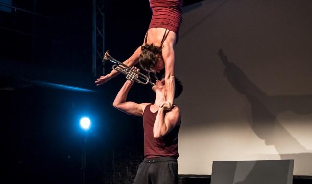 Het buitenpodium van Herberg De Pol is gereserveerd voor Fullstop Acrobatic Theatre. Zij spelen de familievoorstelling Boeksoep (3 plus).