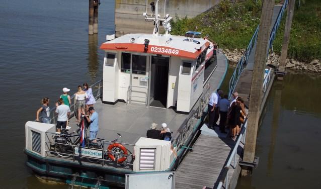 De eerste echte passagiers voor de vaartocht Zaltbommel-Loevestein op de Gorinchem XI van Riveer