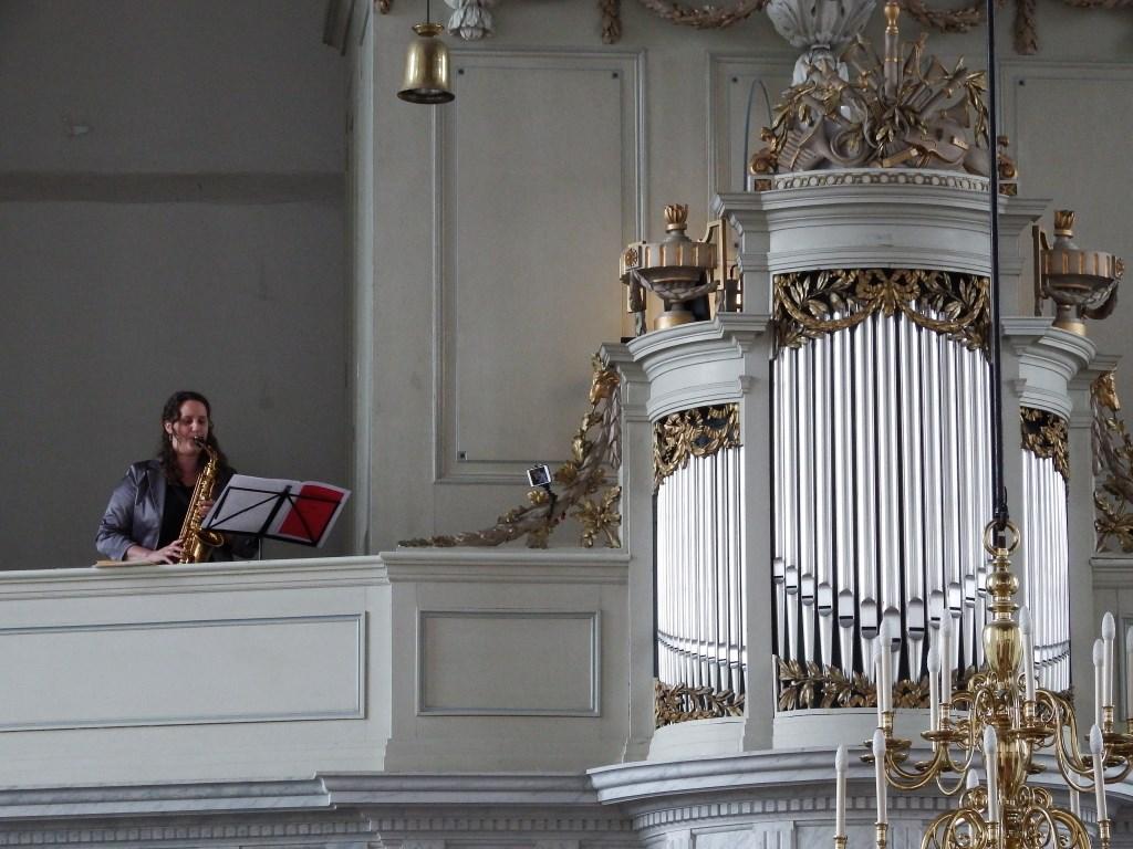 Saxofoniste Els van der Weij laat horen dat orgel en saxofoon prima samen gaan Foto:  © Persgroep