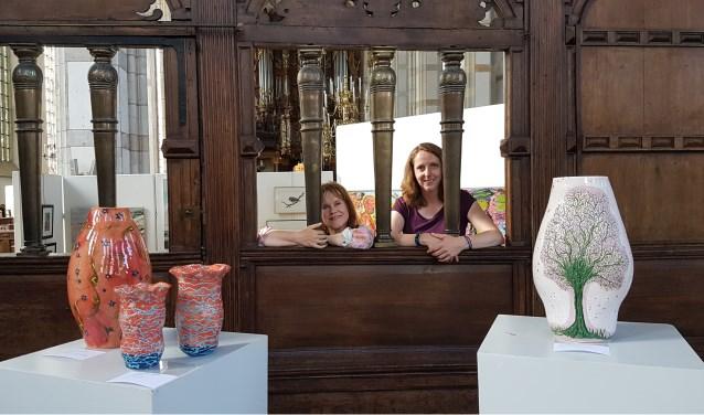 Riët Stegehuis (links) en Claudia van de Leur. Kunstenaars van Het Palet. (foto: Alie de Vries)