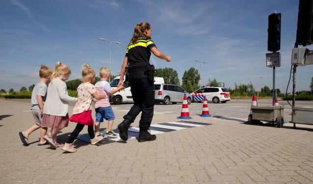 Twee agenten, agent Jill en agent Egon, vertelden de kinderen wat de politie allemaal doet. De kinderen wisten het wel: boeven vangen natuurlijk.