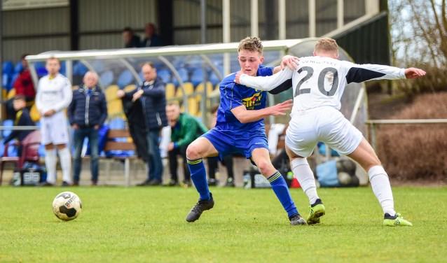 VV Nunspeet, hier in actie tegen DOS'37, zet komend seizoen meer in op de eigen jongens.