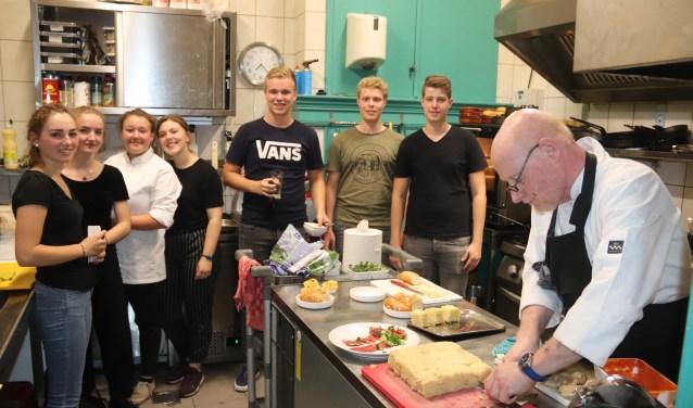 De leerlingen in de keuken van het restaurant