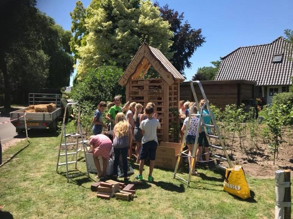 Leerlingen van de Bernadetteschool verdringen zich rond het insectenhotel.
