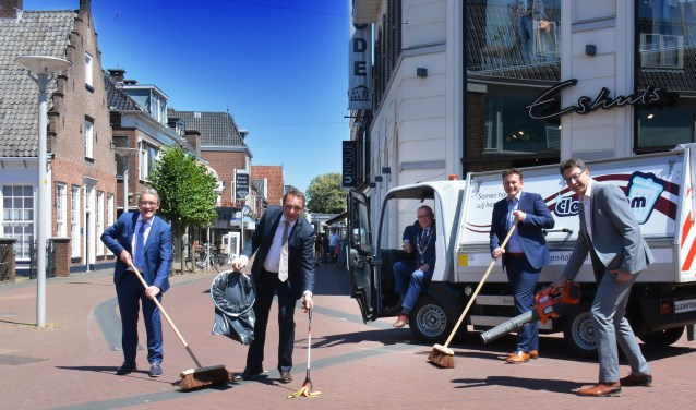 Van links naar rechts: wethouder Jan Aanstoot, wethouder Ben Beens, burgemeester Arco Hofland, wethouder Roland Cornelissen en wethouder Bert Tijhof.