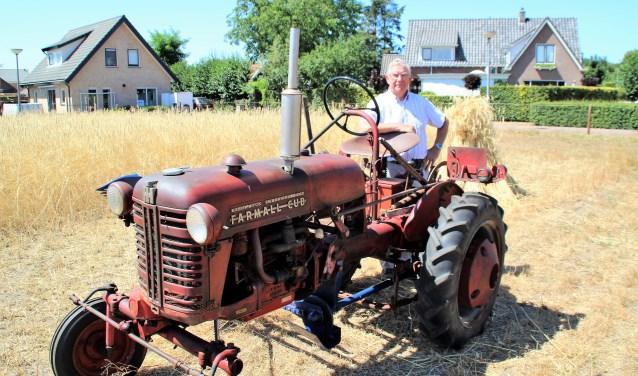 Beerd Westerink, voorzitter van de Stichting Oldtimersclub Hulshorst, bij de graanakker bij molen De Maagd. Foto Dick Baas