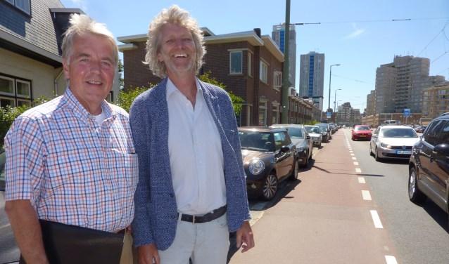 """Albert (links) en Jos op het deel van de Gevers Deynootweg waar het verkeer vaak """"een gekkenhuis"""" is."""