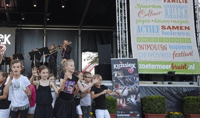Megadansspektakel 'Retteketet' met muzikale begeleiding van The Hague Brass