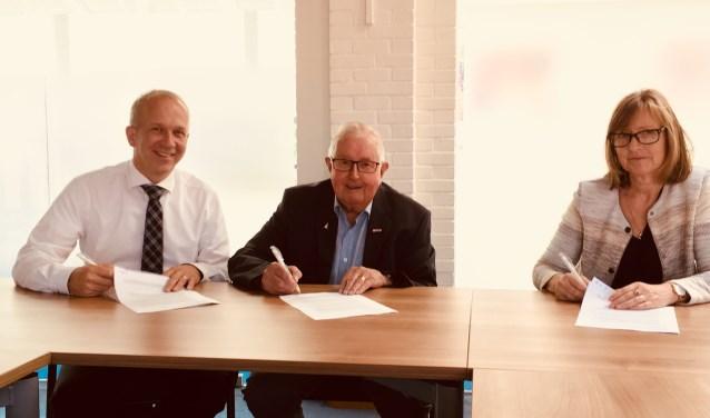 Arjan ter Bogt, Henk Boerstal en Petra Buijs van Burgers van Diem tekenen de intentieverklaring. (foto: Karin van der Velden)