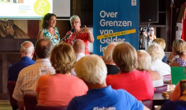 Festivaldirecteur Dolly Verhoeven aan het woord tijdens de afsluiting. (foto: Jan Adelaar)