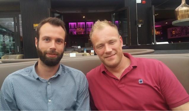 Tim (links) en Leon proberen hun ervaring over te brengen op de jeugd