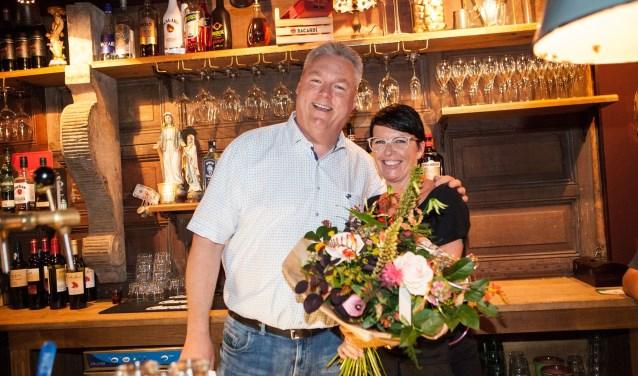 De Veensche-voorzitter René Pfeiffer feliciteert Mango's-medeeigenaar  Brigitte te Brake. (Foto: Annemarie Bakker)