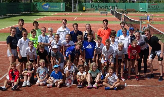Alle deelnemers van het jeugdkamp bij tennisvereniging SV Odijk
