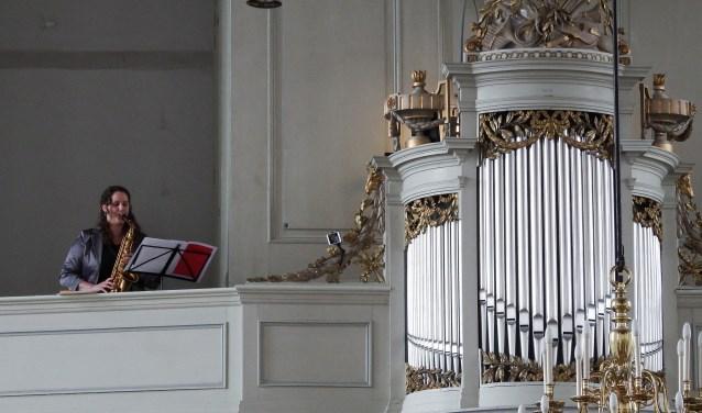 Saxofoniste Els van der Weij laat horen dat orgel en saxofoon prima samen gaan